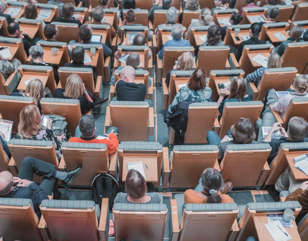 conferenza, persone sedute viste dall'alto