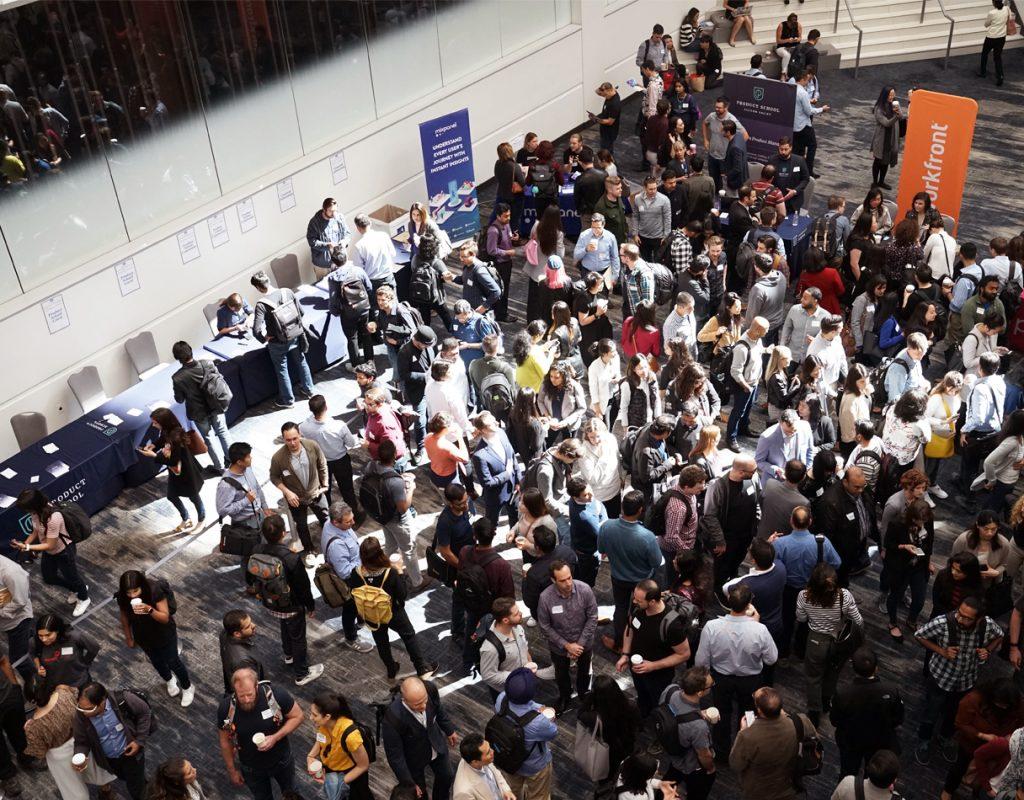 folla radunata per un convegno o evento