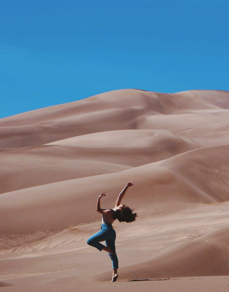 Donna che balla nel deserto